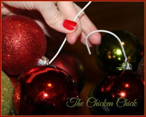 出典http://www.the-chicken-chick.com/2014/12/diy-ornament-wreath.html