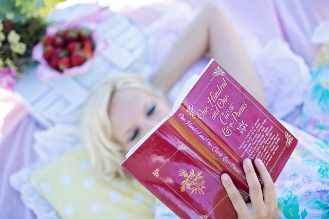 s_woman-reading-887274_960_720